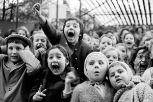 Niños alegres alborotados